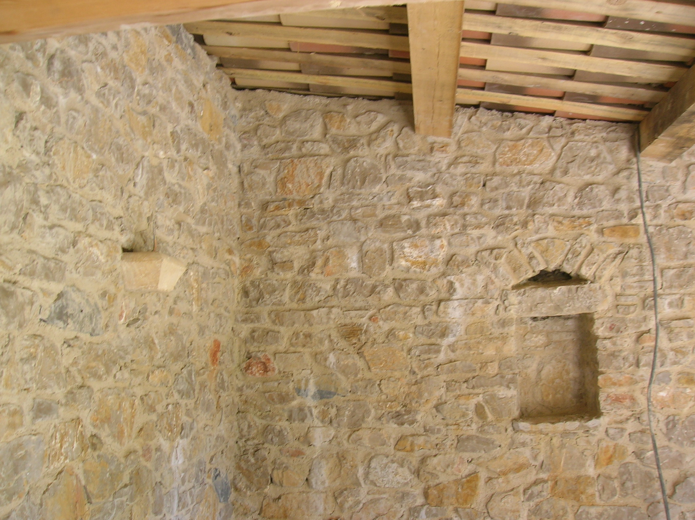 Constructions en pierres cabanon de jardin for Chambre avec mur en pierre